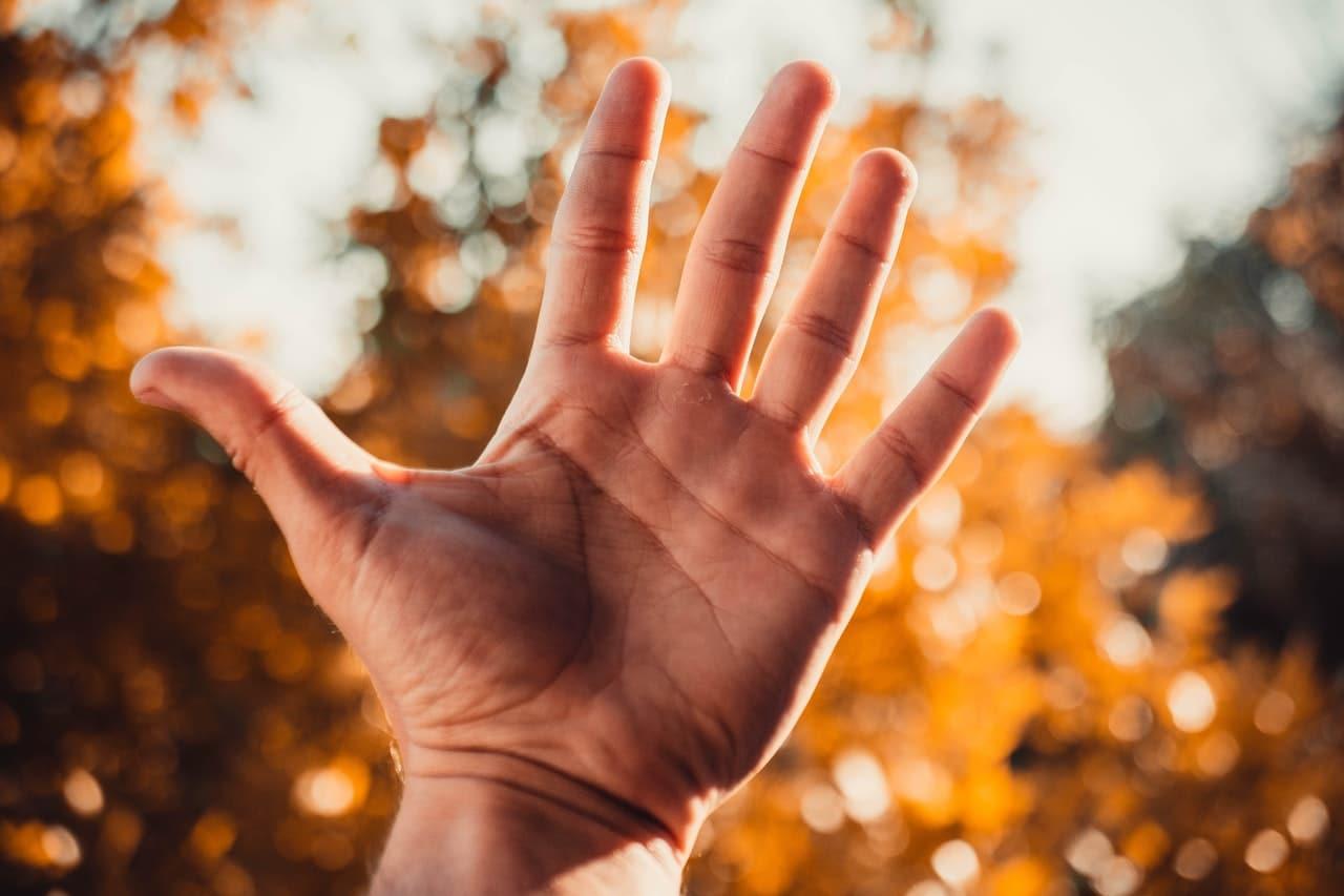 Drętwienie małego palca lewej ręki – przyczyny