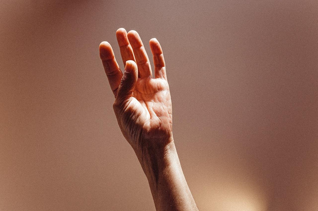 mrowienie w małym palcu lewej ręki