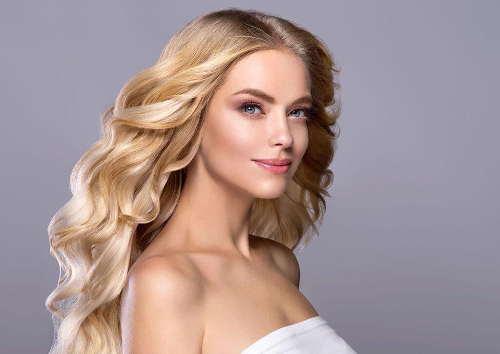 blond kręcone włosy