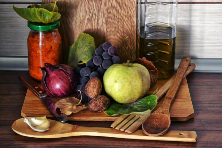 warzywa, owoce, konfitury na desce