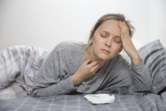 Kobieta borykająca się z bólem gardła