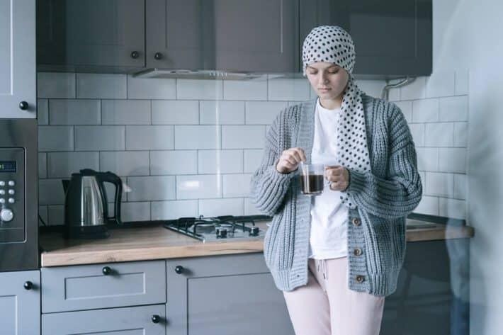 Kobieta borykająca się z nowotworem układu limfatycznego