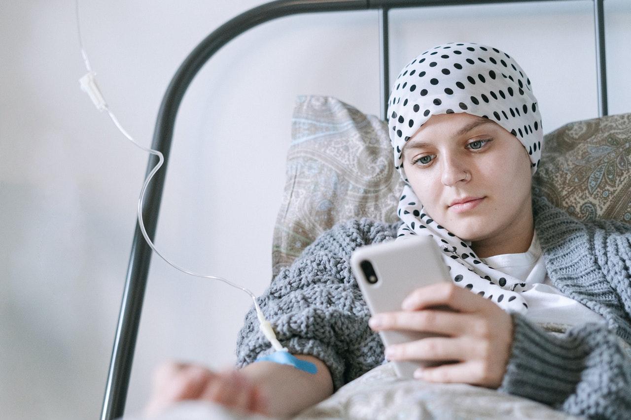 Kobieta stosująca chemioterapię w leczeniu chłoniaka złośliwego