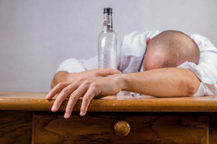 Mężczyzna borykający się z problemem delirium alkoholowego