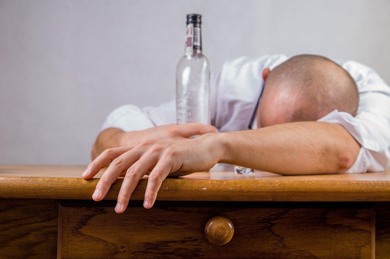 Biała gorączka (delirium alkoholowe) – czym jest, z czego wynika, jak się objawia?