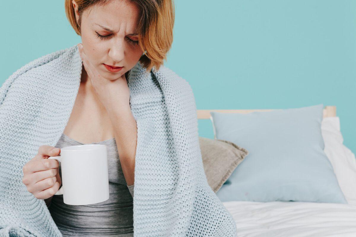 Kobieta stosująca domowe sposoby na ból gardła