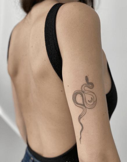 Waż jao wzór tatuażu kobiecego na ręce