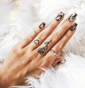 Malutkie tatuaże na palcach