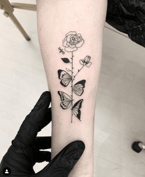 Kwiat róży jako tatuaz na ręce