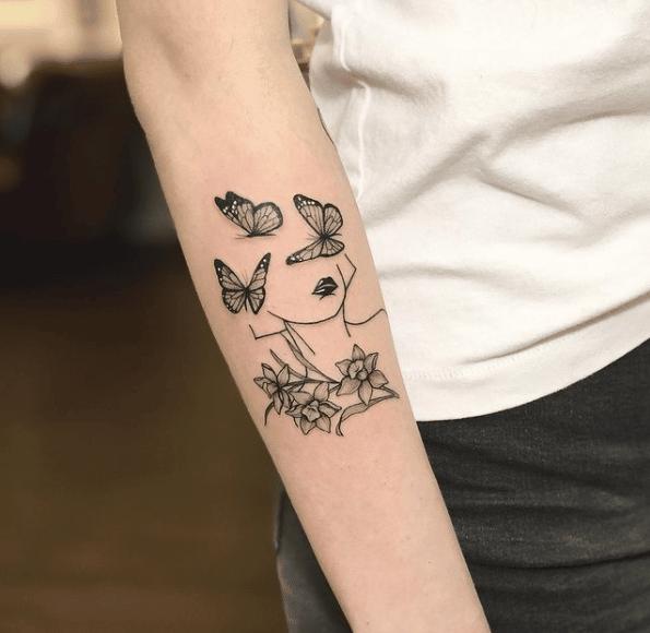 Kwiaty jako tatuaż na ręce