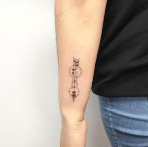 Tatuaż na nadgarstku u mężczyzny