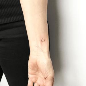 Drobny tatuaż serduszko na nadgarstku
