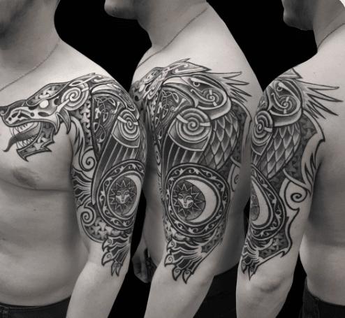 Celtyckie wzory tatuaży na męskim ramieniu