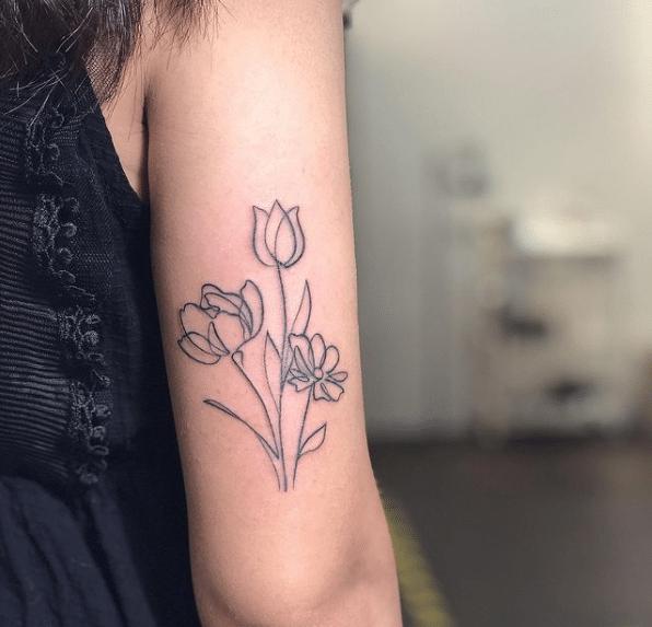 Tatuaż na ręce w postaci motywu kwiatowego