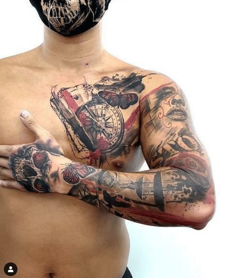 Mężczyzna z tatuażem na ręce - motyw Trash Polka