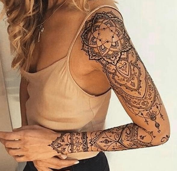 Tatuaż na ręce u kobiety