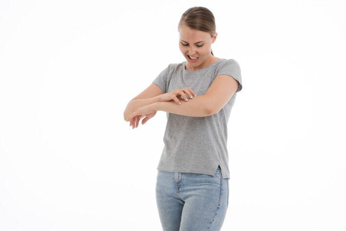 Kobieta odczuwająca uczulenie na histaminę