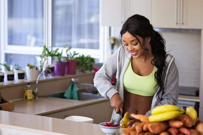 Kobieta jedząca owoce zamiast cukru