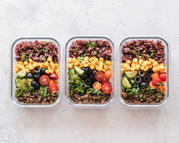 trzy pojemniki ze zdrowym jedzeniem