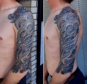 Tatuaż biomechaniczny na ramieniu