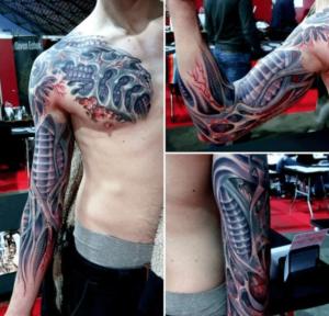 Tatuaż biomechaniczny na ciele mężczyzny