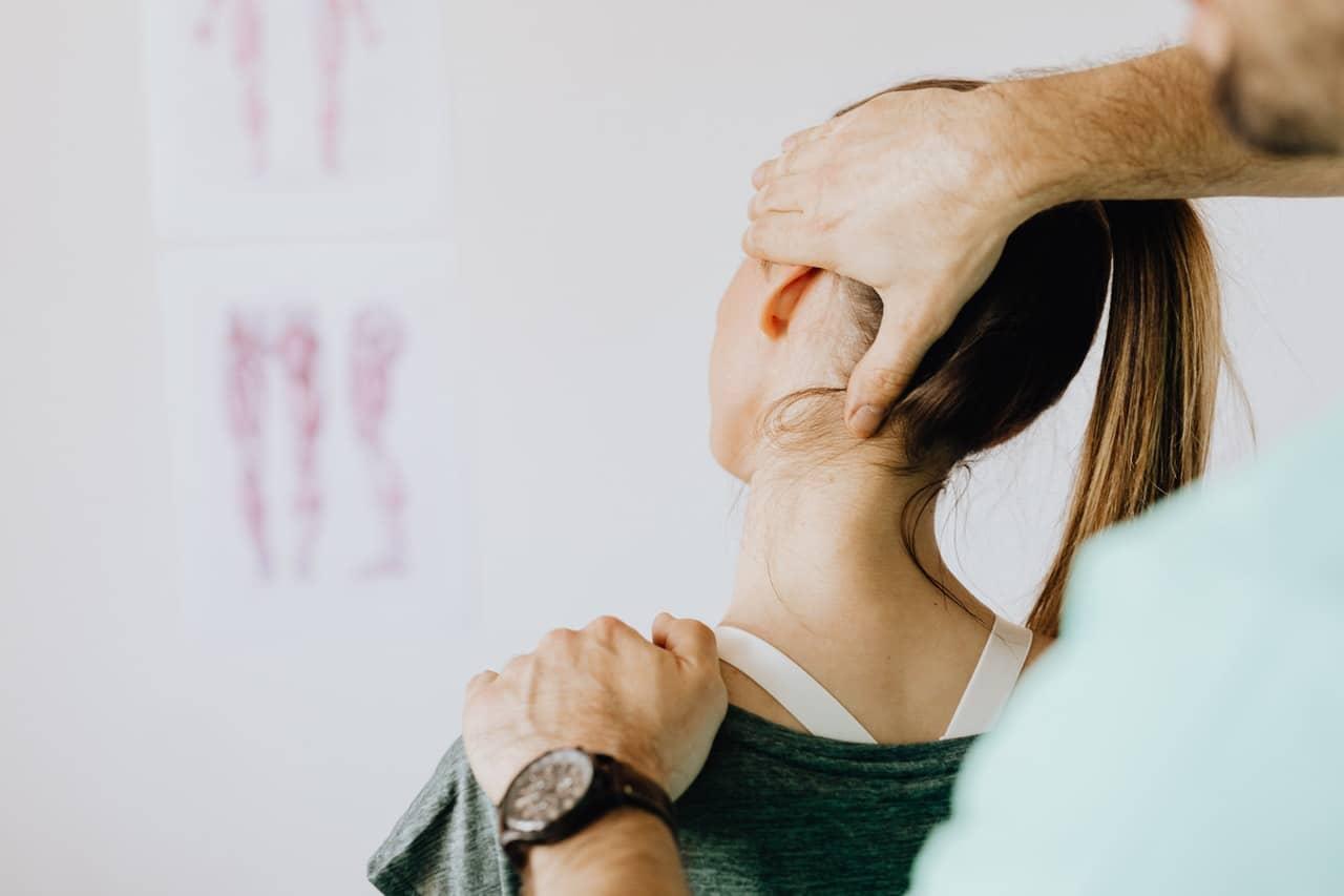 Kobieta z bólem szyi