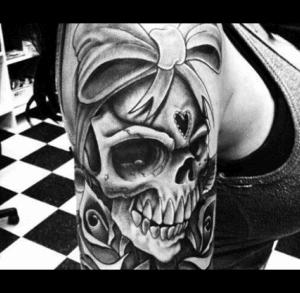 Tatuaż mroczny czaszka na ramieniu