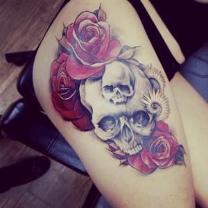 Kolorowy tatuaż czaszka na ramieniu