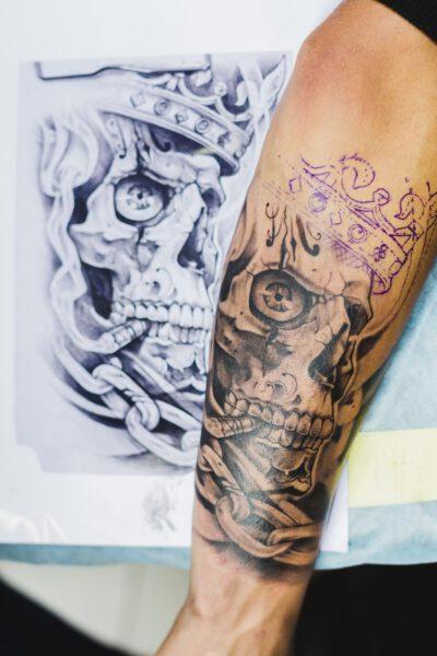 Tatuaże czaszki na ręce