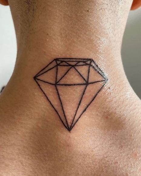 tatuaż diament na karku