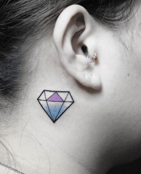 tatuaż diament za uchem
