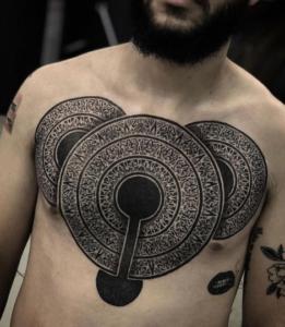tatuaż geometryczny okręgi na klatce piersiowej