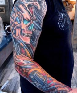 Tatuaż biomechaniczny kolorowy u mężczyzny