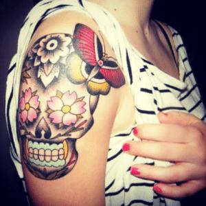 Wielokolorowy tatuaż czaszka