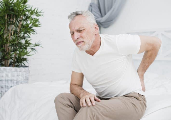 Mężczyzna cierpiący na ból kości ogonowej