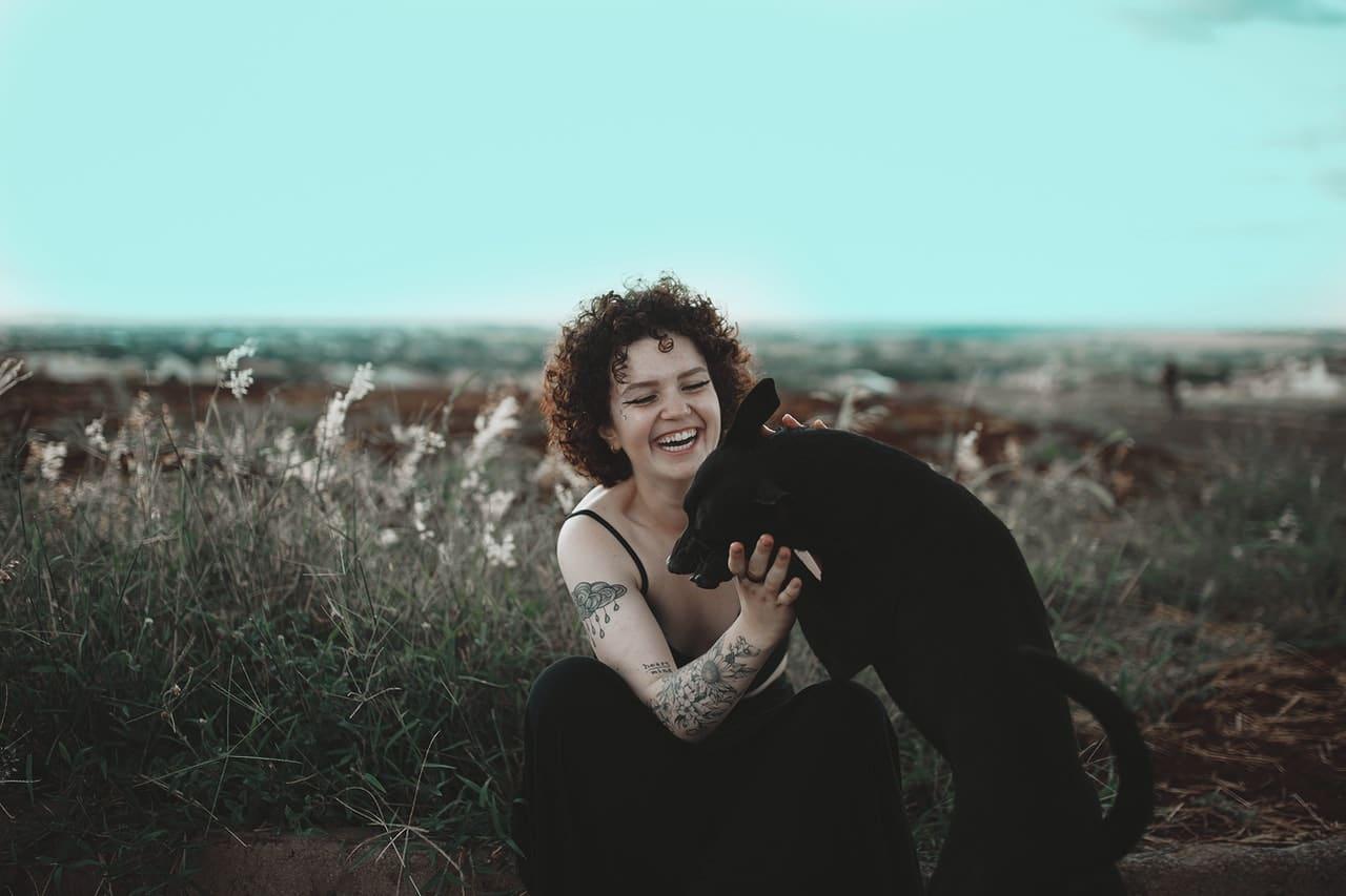 Uśmiechnięta kobieta mająca pomysł na tatuaż