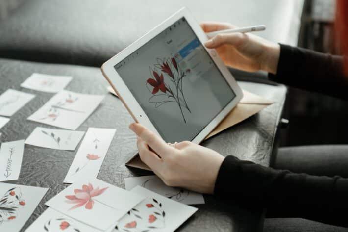Kobieta zajmująca się projektowaniem tatuazy