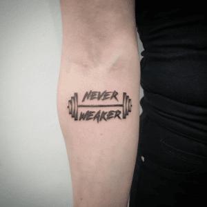 Tatuaż na ciele mężczyzny oznaczający siłownię