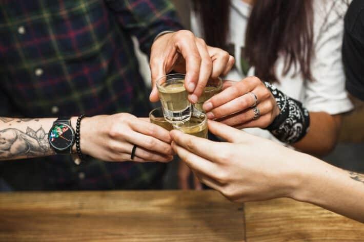 Osoby z tatuażami spożywające alkohol