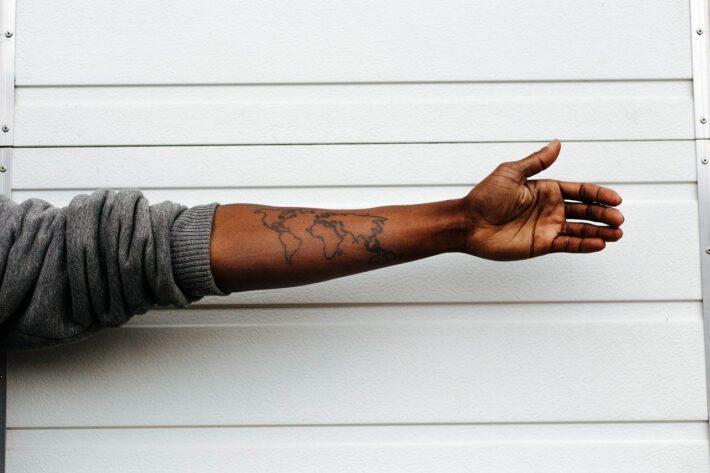Mężczyzna, który oddał krew po tatuażu