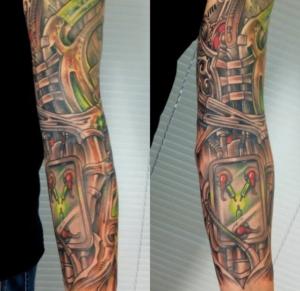 Kolorowy biomechaniczny tatuaż