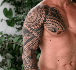 Tatuaz polinezyjski u mężczyzny