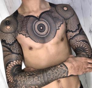 tatuaż geometryczny na rekach i klatce piersiowej