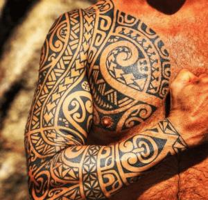 Tatuaż polinezyjski na ręce mężczyzny