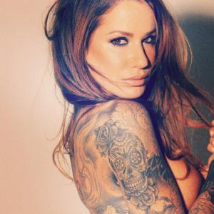 Tatuaż czaszka czarny u kobiety