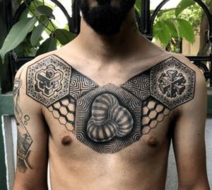 Tatuaż geometryczny na klacie mężczyzny