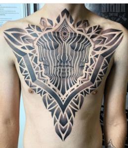 tatuaż geometryczny u mężczyzny na klatce piersiowej