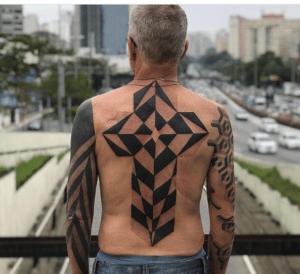 tatuaż geometryczny krzyż na plecach u mężczyzny