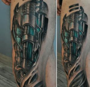 Tatuaż biomechaniczny w postaci broni