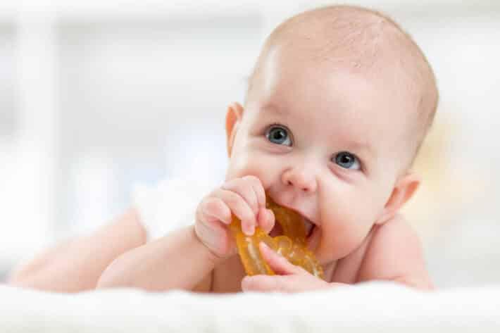 ząbkujący niemowlak
